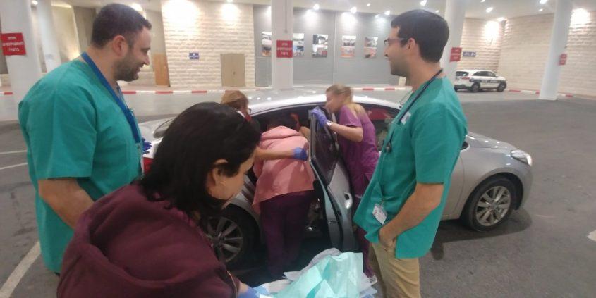 עדי והתינוקת מוצאים מהרכב