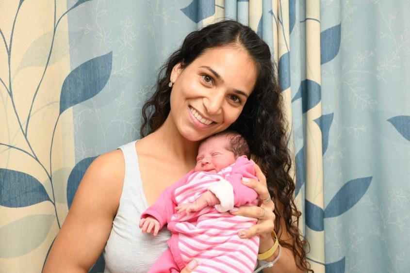 עדי יאנה ובתה התינוקת