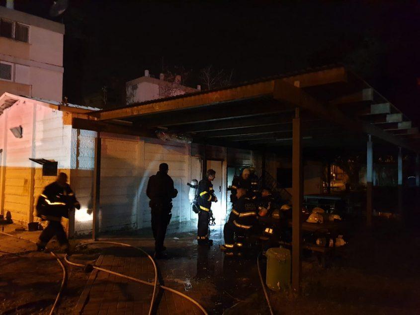 """לוחמי האש סמוך למבנה. צילום: דוברות כב""""ה דרום"""