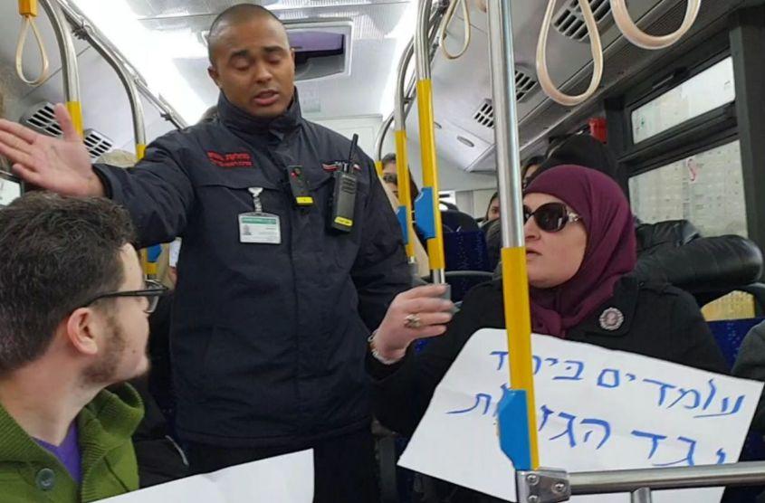 """פעילי """"עומדים ביחד"""" מורדים מהאוטובוס. צילום: עומדים ביחד"""