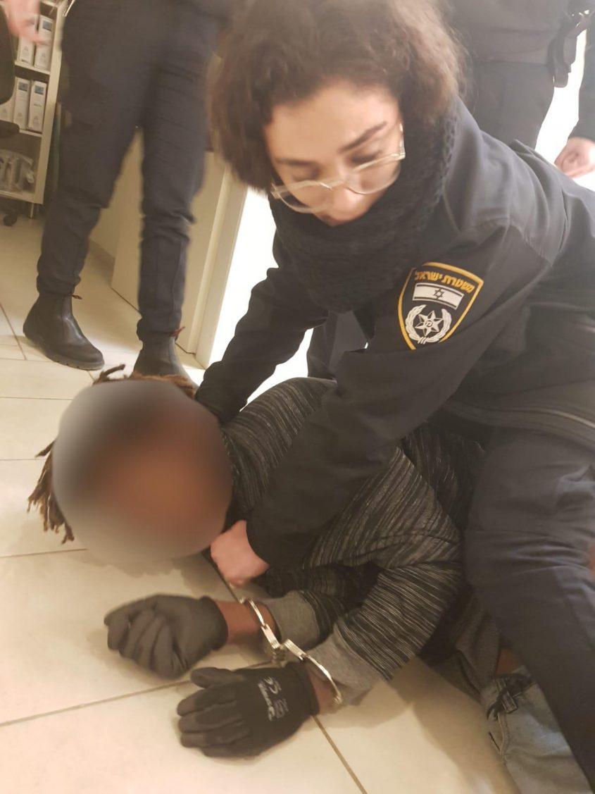 שוטרת מבצעת מעצר על חשוד. צילום: דוברות המשטרה