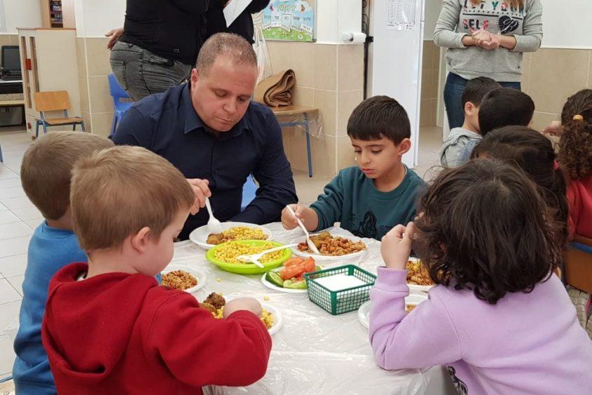 ראש העירייה תומר גלאם אוכל יחד עם ילדי הגנים. צילום: דוברות עיריית אשקלון