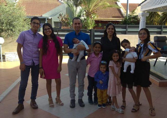 """ד""""ר רפאל מינס ובני משפחתו"""