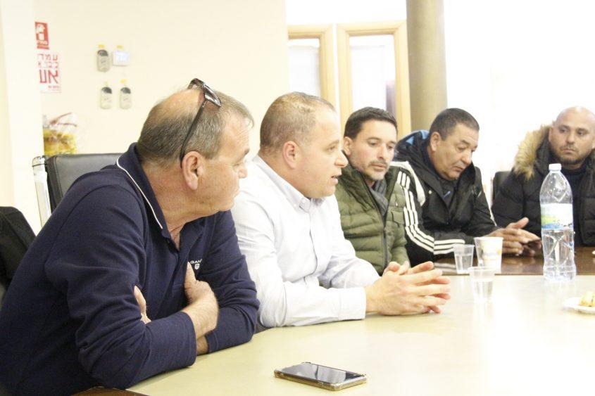 """תומר גלאם עם יו""""ר הקבוצה והמאמן. צילום: דוברות עיריית אשקלון"""