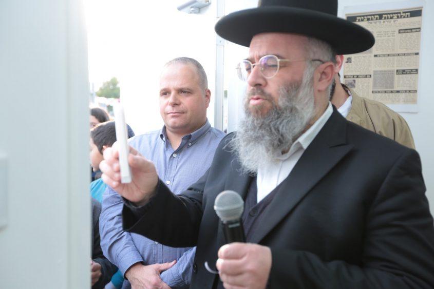 הרב יעקב בן שמעון קובע מזוזה עם תומר גלאם. צילום: דוברות עיריית אשקלון