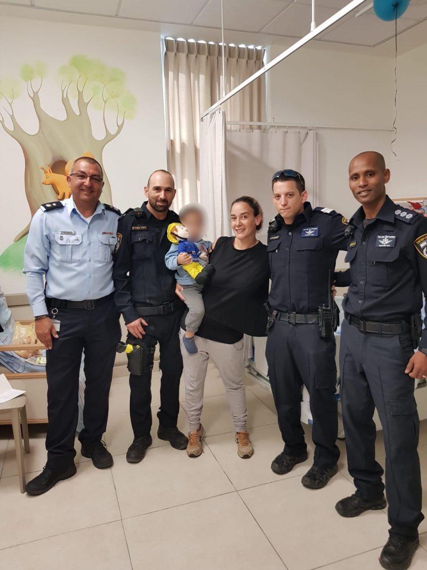 השוטרים ומפקד התחנה בביקור אצל התינוק. צילום: דוברות המשטרה