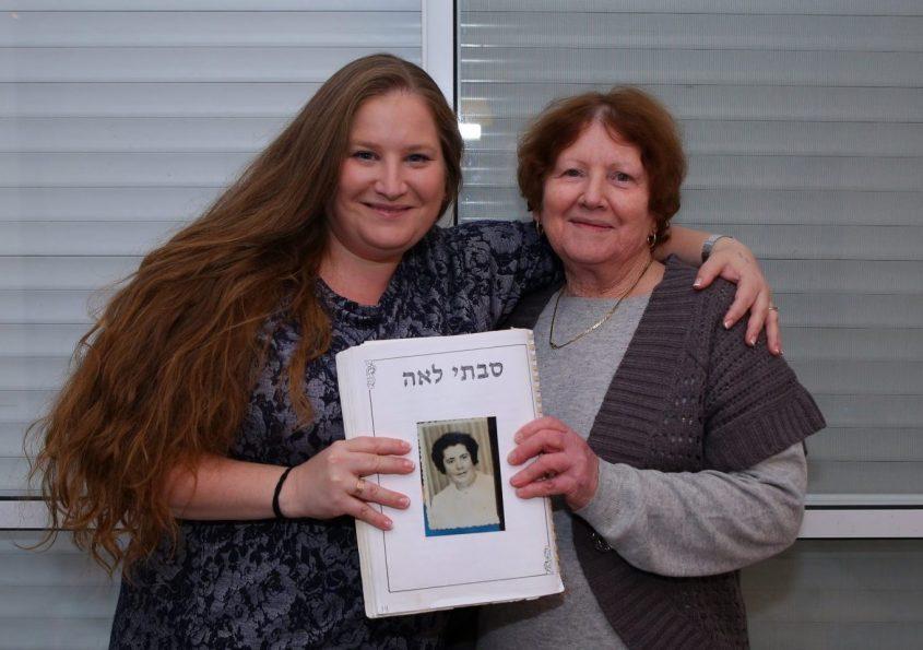 """דורות של אחיות: ברכה ואושרה עם תמונה של סבתא לאה ז""""ל. צילום: מתן כהן"""