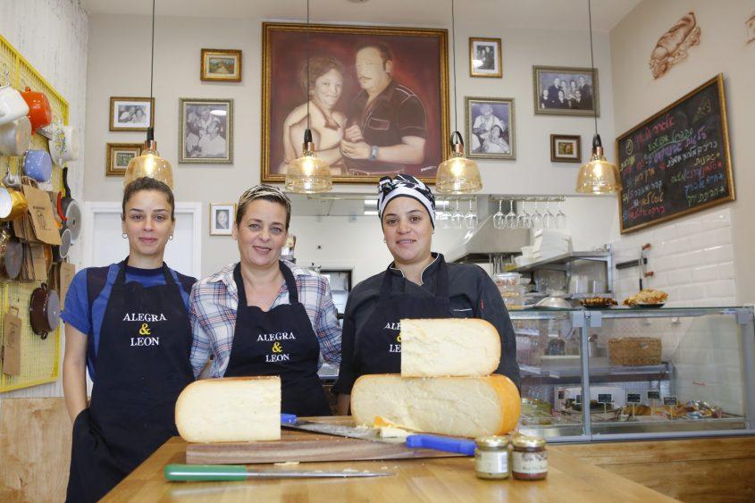 """""""כל המפגשים סביב האוכל"""". מימין לשמאל: האחיות מורן, סיגל ומיטל. צילום: פבל"""