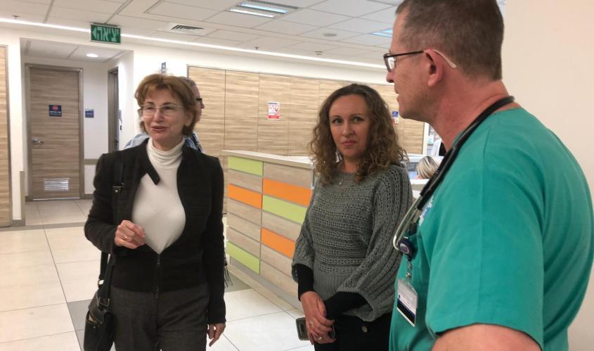 גרמן משוחחת עם הצוותים הרפואיים בברזילי