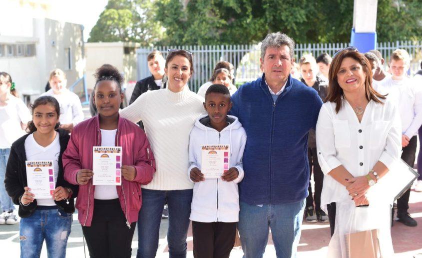 """מנהל בית הספר ארלוזורוב, אריאל סעדון והצוות החינוכי עם הזוכות והזוכים. צילום: יח""""צ"""
