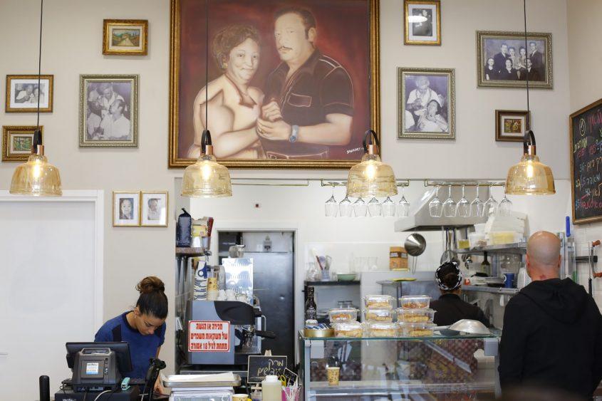 """""""להנציח את סבא וסבתא"""". על הקיר תמונתם של אלגרה ולאון. צילום: פבל"""