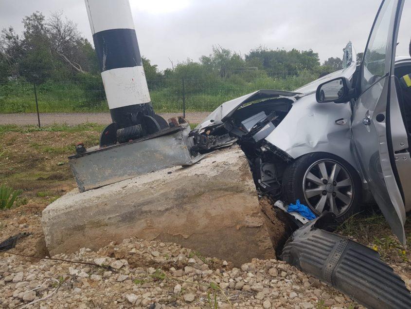 """הרכב שהתנגש בעמוד. צילום: דוברות כב""""ה דרום"""