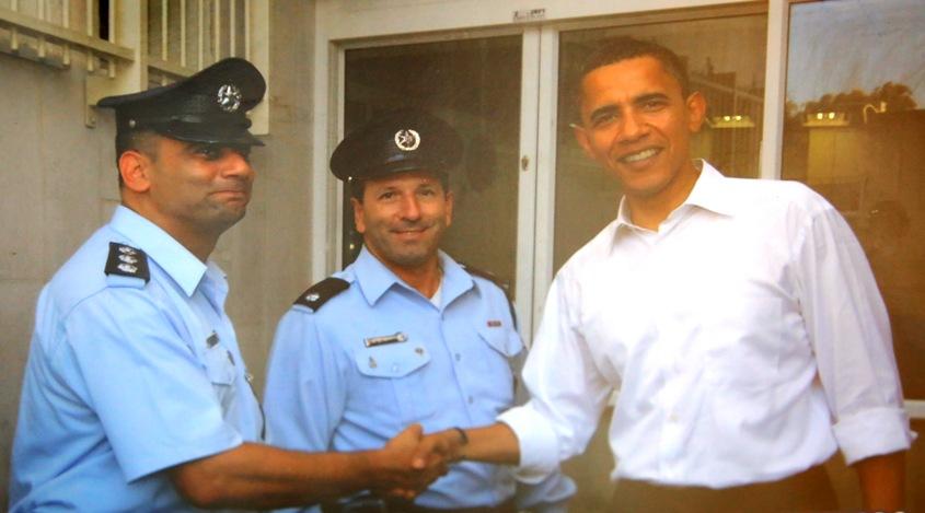 עודד חביב לוחץ את ידו של הסנאטור דאז, ברק אובמה בשדרות