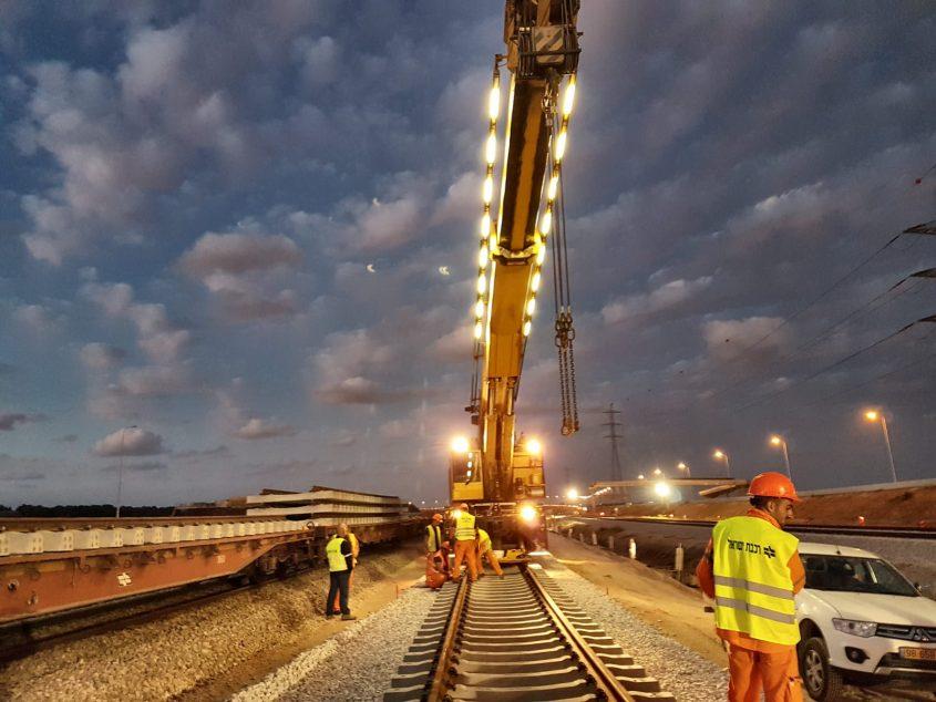 מניחים מסילת רכבת נוספת. צילום: דוברות רכבת ישראל