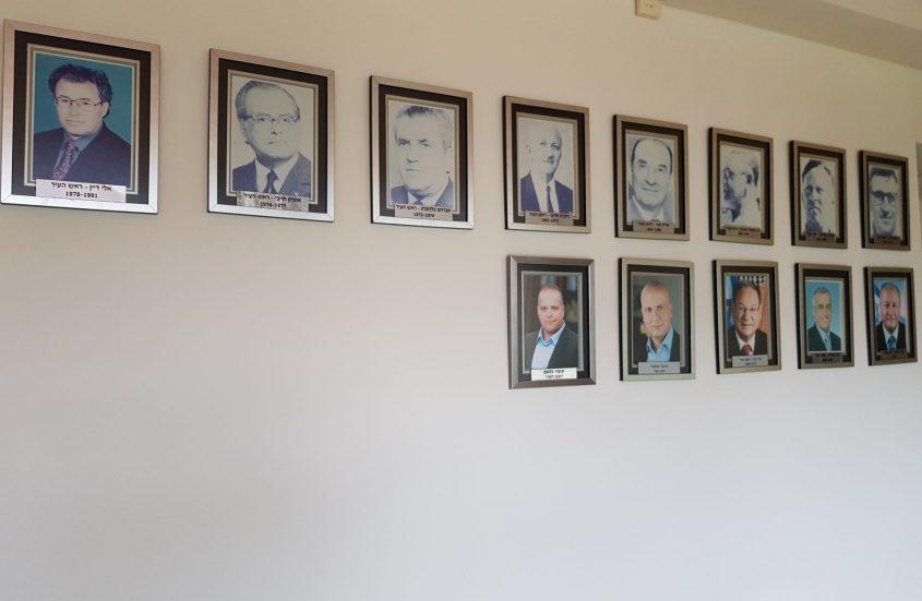קיר תמונות ראשי העירים בקומה הרביעית בבניין העירייה