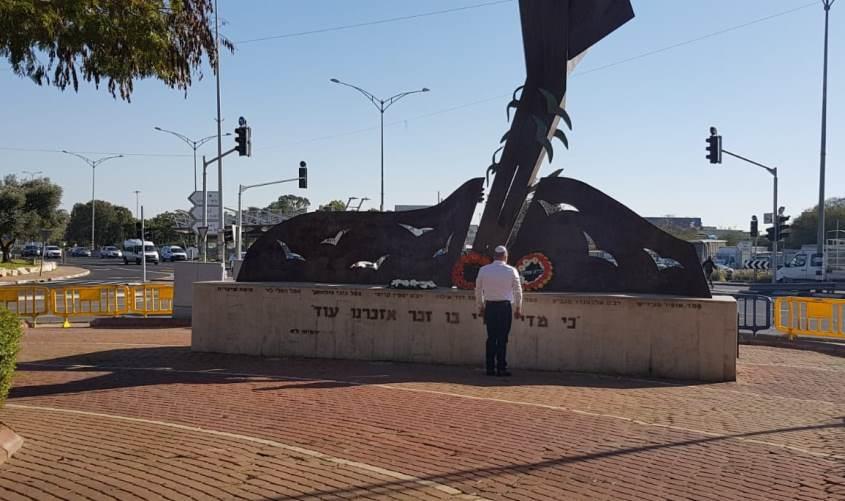 ראש העירייה, תומר גלאם מול האנדרטה