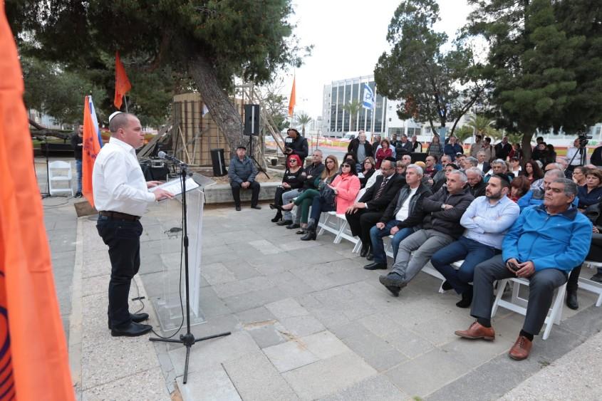 ראש העירייה נושא דבים בהנחת אבן הפינה לאנדרטה. צילום: דוברות עיריית אשקלון