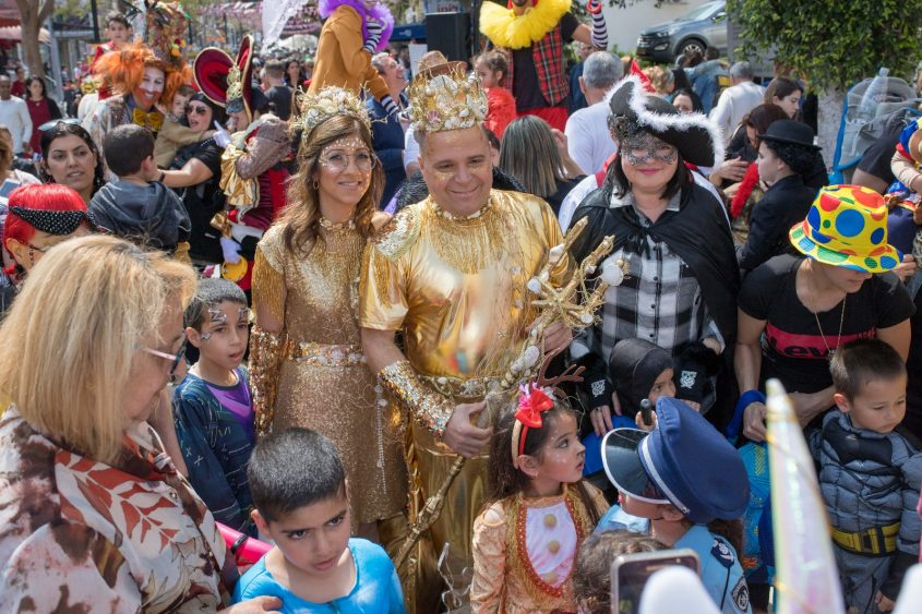 דגי זהב. ראש העיר תומר גלאם ורעייתו טלי בתחפושת שעיצבה לירז אטיאס. צילום: דוברות העירייה