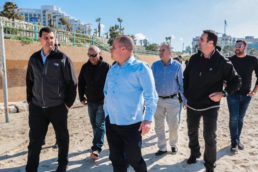 ראש העיר ובכירי העירייה מסיירים בחופים. צילום: דוברות העירייה