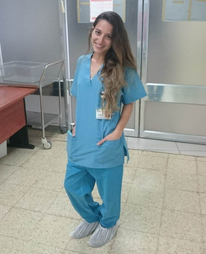 """יהודית טל עם מדי חדר ניתוח. צילום: יח""""צ"""