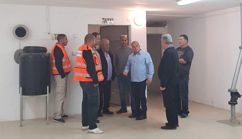 תומר גלאם מסייר במקלטים הציבוריים. צילום: דוברות עיריית אשקלון
