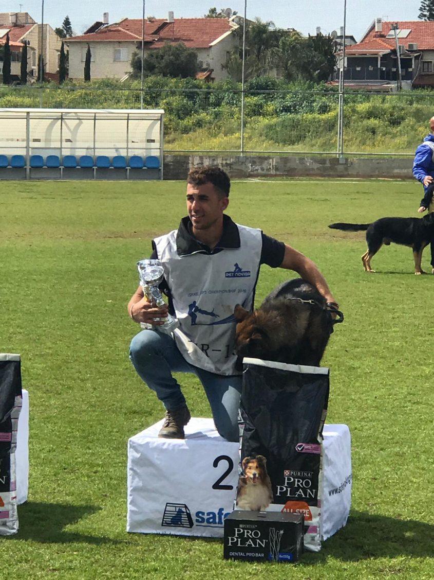 אסף דהן עם כלבו ספיד הזוכה במקום השני