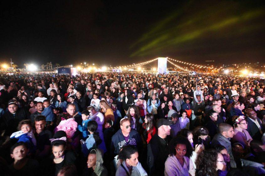 רחבת טיילת בר כוכבא מלאה בקהל האשקלוני. צילום: דוברות העירייה