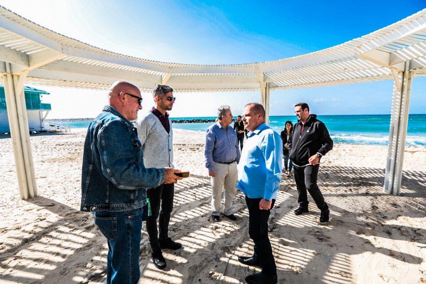 ראש העיר וצוותו בחוף האשקלוני. צילום: דוברות העירייה