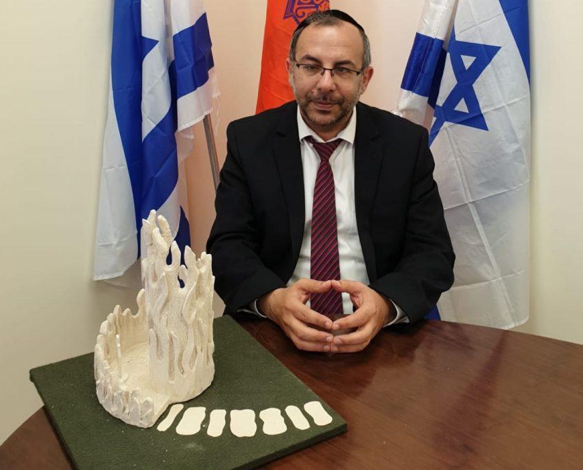 הרב יעקב אביטן עם דגם האנדרטה של מיקון קדם.