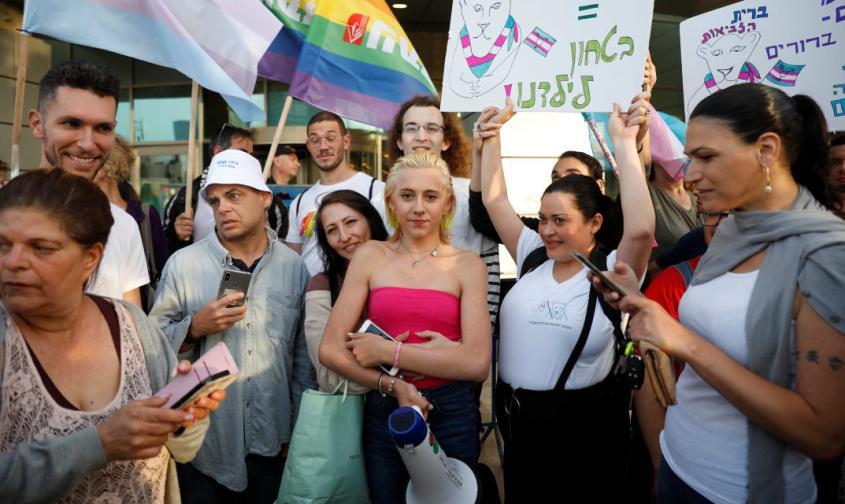 אושר בנד (עם החולצה הוורודה) בהפגנה. צילום: מוטי מילרוד