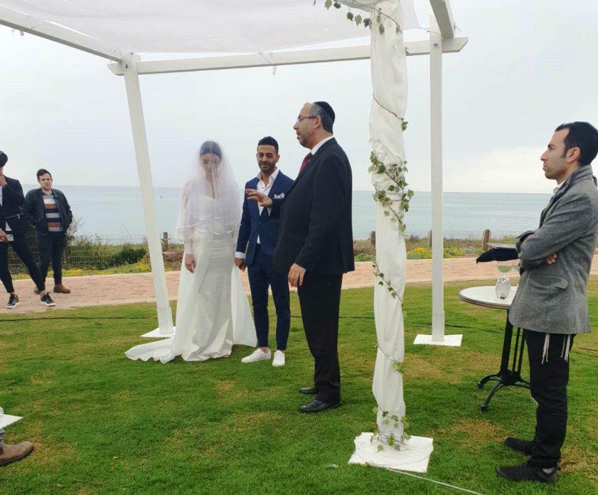 הרב יעקב אביטן מקדש את הזוג המאושר