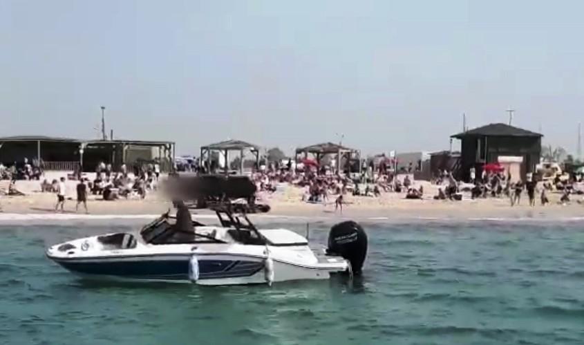 סירת מנוע בקרבת המתרחצים. צילום: דוברות המשטרה