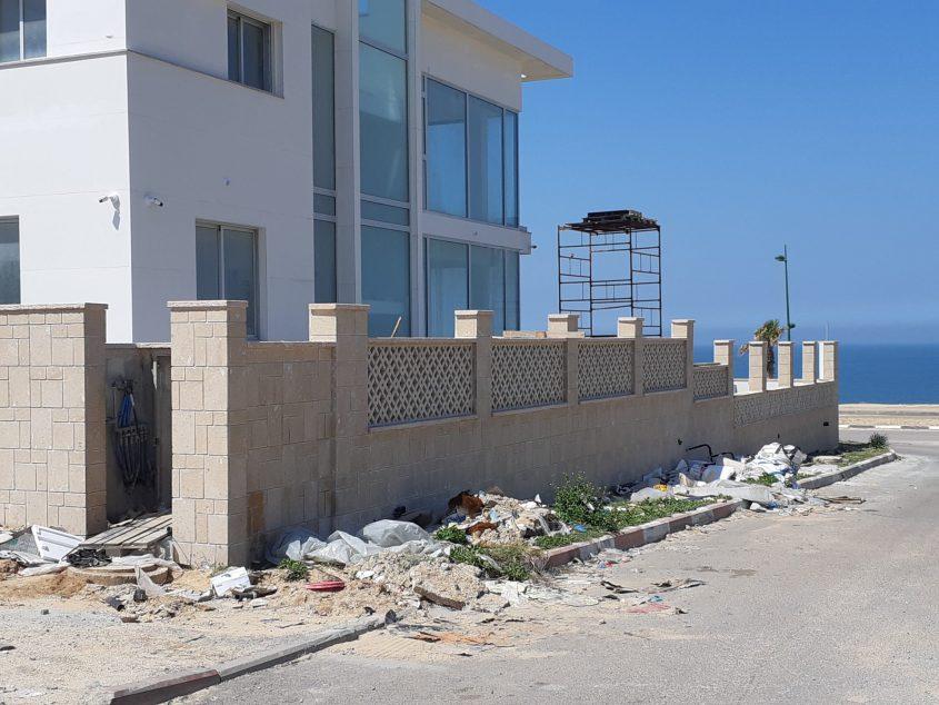 תמונות מאחד הרחובות בברנע מאששות את הטענה שעבודות בניה ברחוב יהרסו את הפיתוח.