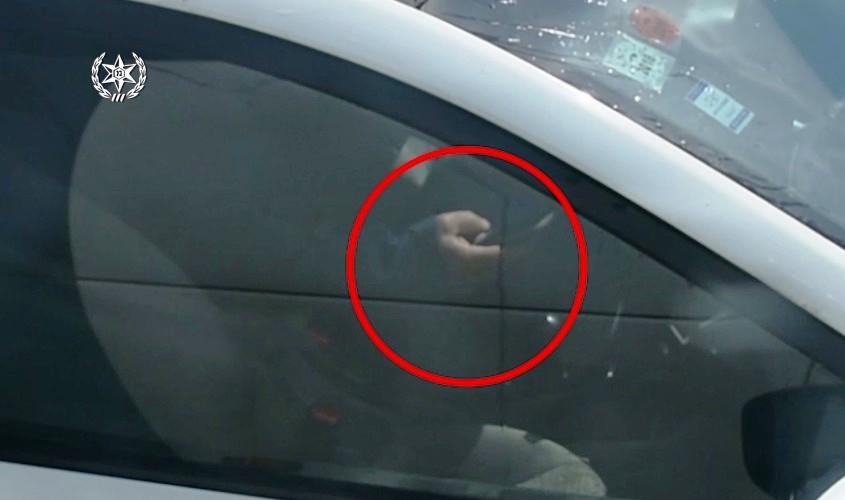 משתמש בסלולרי בזמן נהיגה. צילום: דוברות המשטרה