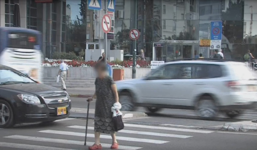קשישה חוצה את הכביש. באדיבות אור ירוק