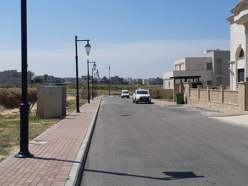 רחוב צלמונה בברנע. תושב הרחוב מימן מכיסו וביצע את הפיתוח. צילום: אלירם משה