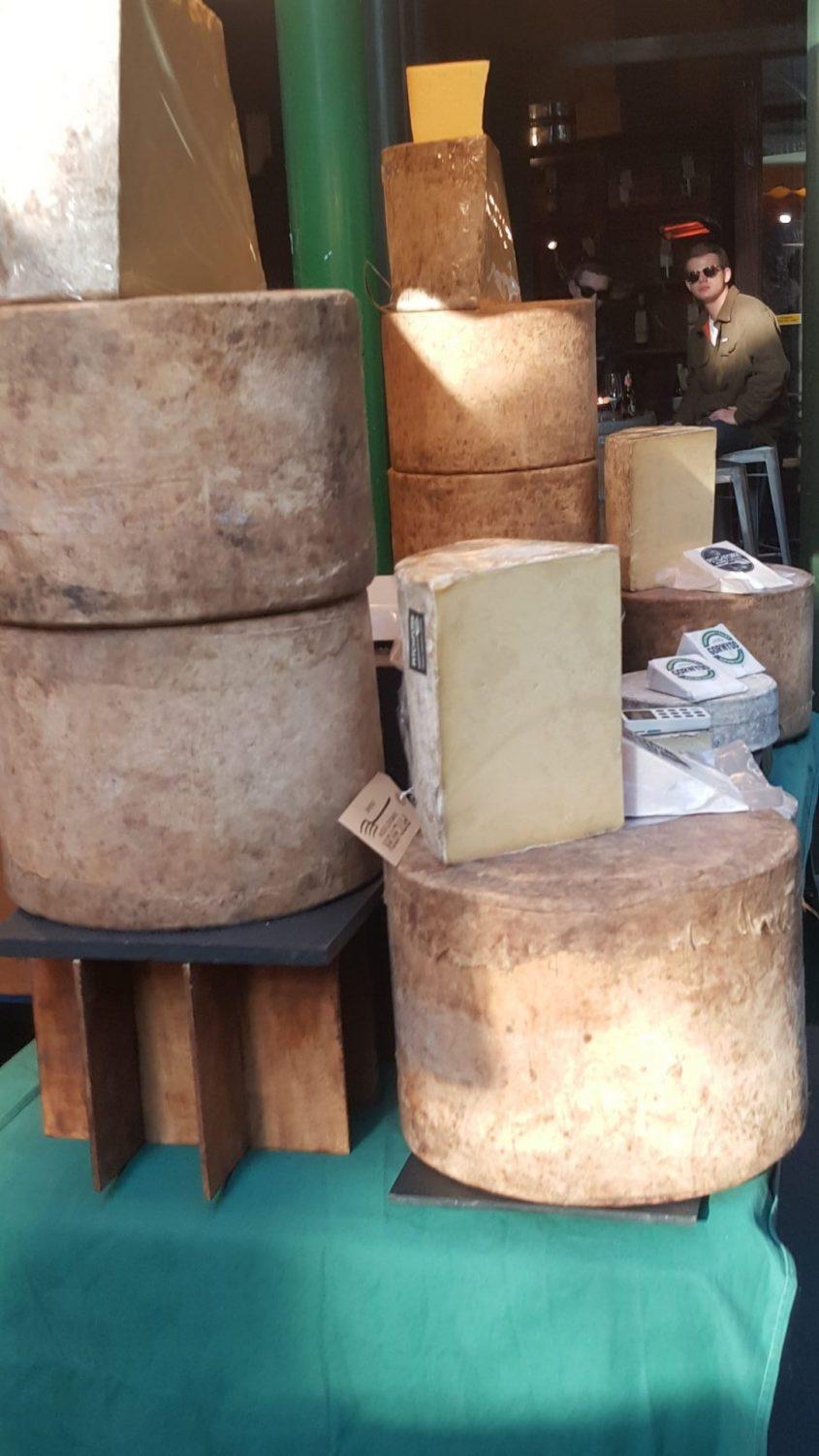 חריצי גבינה במשקל עצום. צילום: מיקי סוויסה