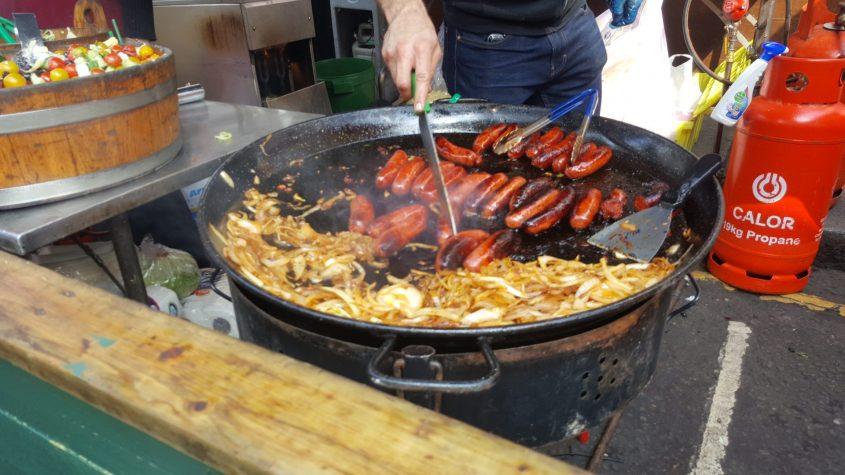פאלנצ'ה. אוכל מתכונים מחבת נקניקיות צילום: מיקי סוויסה