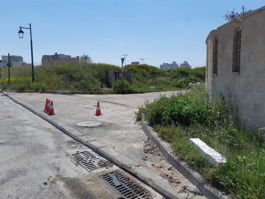 איך אפשר לחיות פה? שכונת היוקרה ללא מדרכות ותאורת רחוב. צילום: אלירם משה