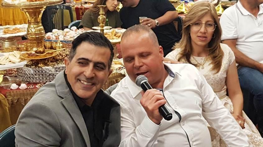 ראש העירייה מסלסל לצד הזמר אמיר אליהו