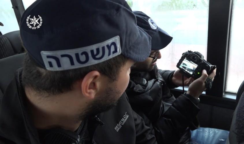 מצלמים את הנהגים מהאוטובוס. צילום: דוברות המשטרה