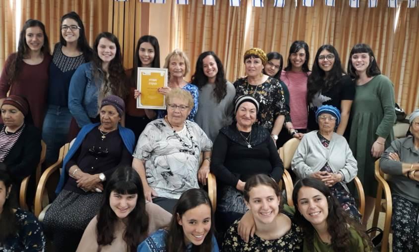 אסתר רמיאל זלינגר עם תלמידות האולפנה ואנשי המרכז