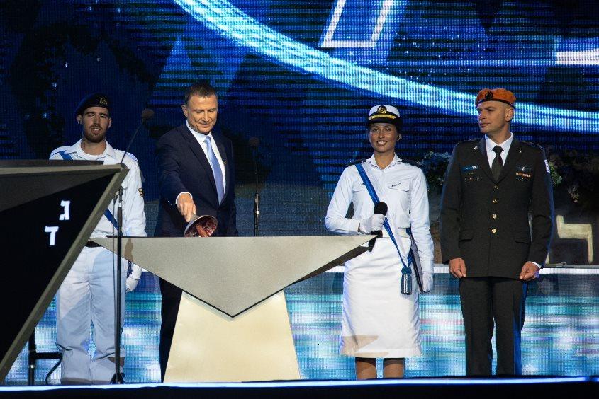 """יולי זיו לצד יו""""ר הכנסת בטקס הדלקת משואות 2019. צילום: דובר צה""""ל"""