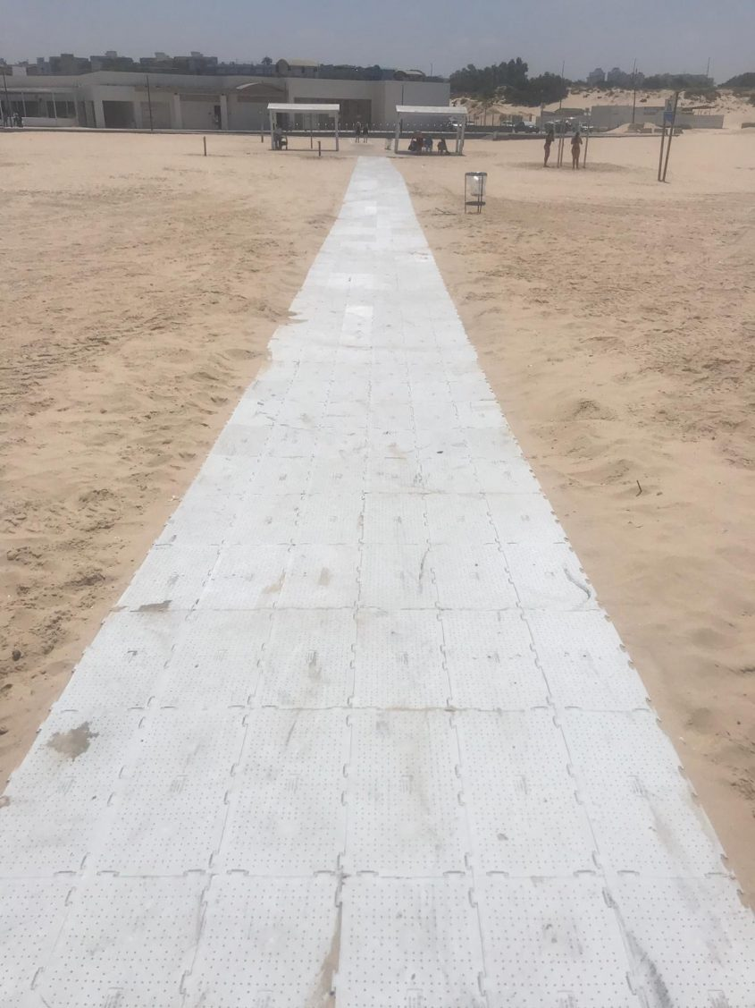 השביל הנגיש לאחר שנוקה על ידי עובדי העירייה. צילום: מחלקת חופים בעירייה