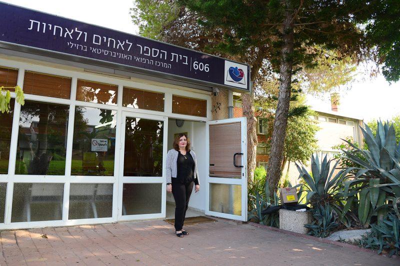 דר נורית זוסמן בפתח בית הספר האקדמי. קרדיט: צילום רפואי ברזילי