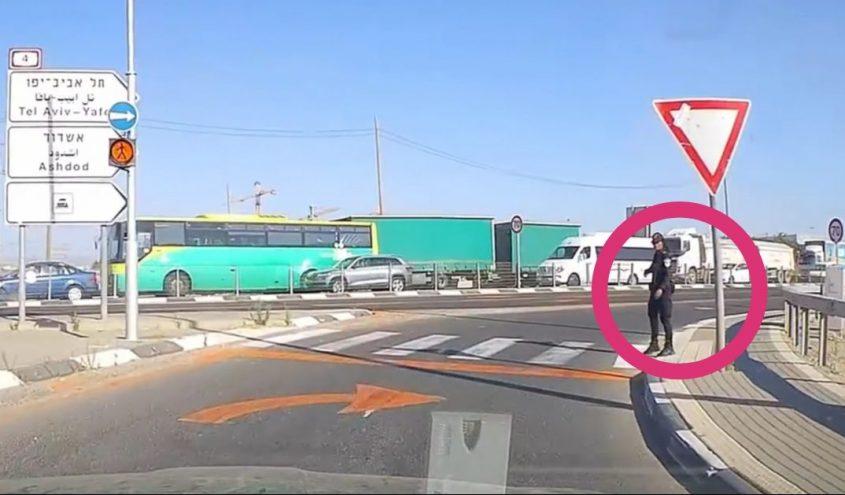 השוטרת מסמנת לסויבל לעצור בצד