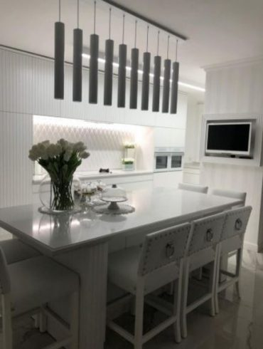 מטבח לבן הכולל אריחי רצפה בגודל 120/240 ואריחי חיפוי קירות ייבוא אישי מאת קרמיקה אביב. עיצוב: סלי צ'פרק. צילום: סלי צ'פרק