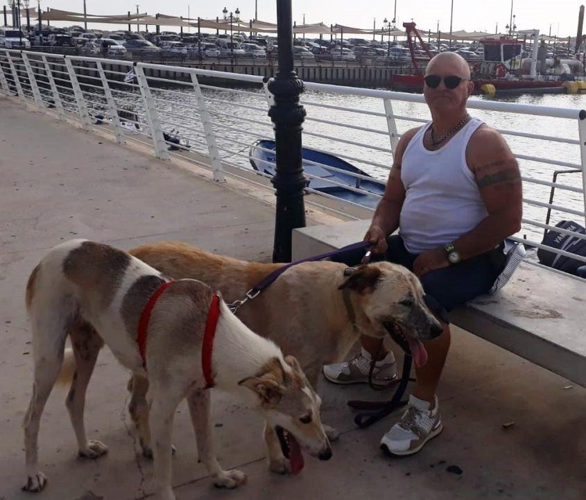 איתן נווה עם עדי וכלב נוסף