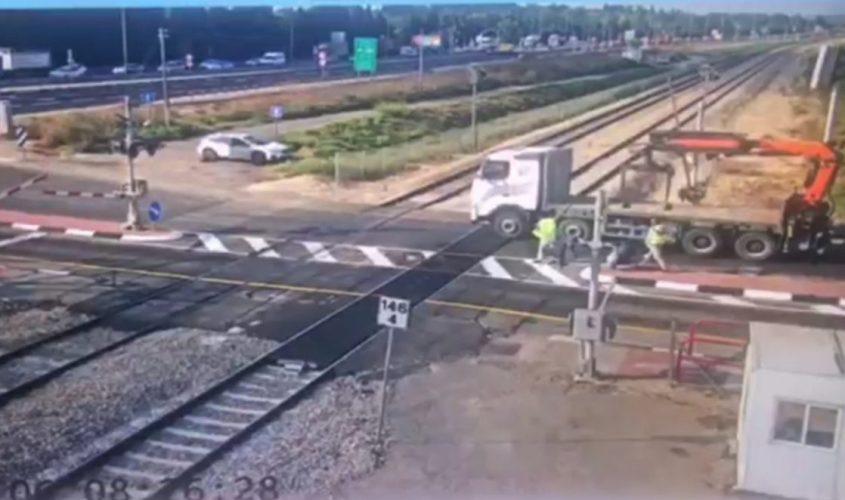 המשאית עומדת על מפגש המסילה. צילום: מוקד השליטה של רכבת ישראל