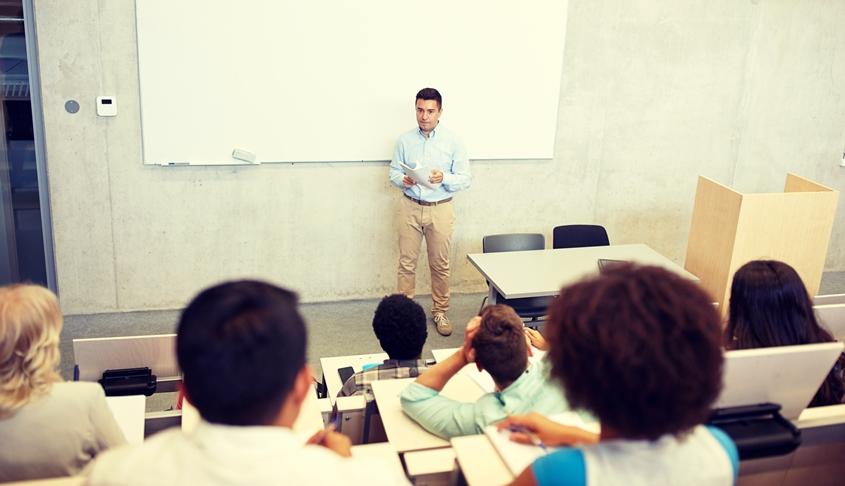 מרצה בקולג'. צילום: אי.אס.אי.פי/ INGIMAGE